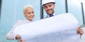 Architektin und Fachplaner mit Plan